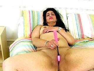 English Mummy Candylips Peels Off Her Stretch Pants And Plays